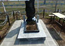 Фигурный гранитный памятник с площадкой и плиткой