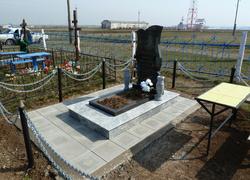 Фигурный памятник из гранита с цветником и вазами