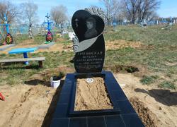 Элитный гранитный памятник с цветником