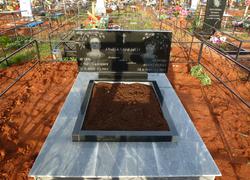 Семейный гранитный памятник с площадкой