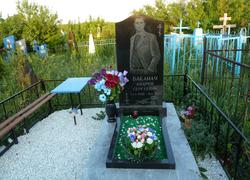 Фигурный гранитный памятник с цветником