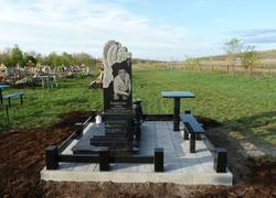 Гранитный памятник с лавочкой и столиком