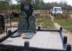 гранитный памятник с оградкой