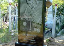 Фигурный гранитный памятник с портретом