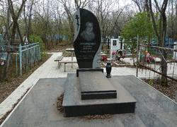 Гранитный памятник с площадкой и плиткой