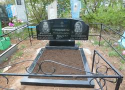 Горизонтальный памятник из гранита с цветником