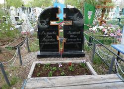 Парный памятник из гранита с высеченным крестом