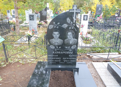 Парный памятник из гранита с цветником и площадкой