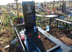 Прямоугольны памятник с цветником