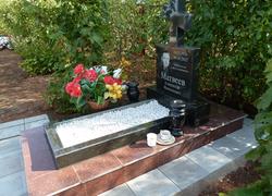 Памятник из гранита с вазами