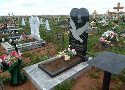 Фигурный памятник с цветником