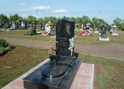 Гранитный памятник с надгробной плитой