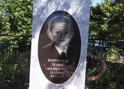 Мраморный памятник с портретом