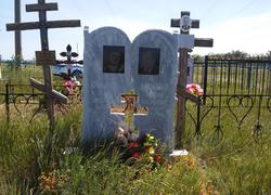 Парный памятник из мрамора с высеченным крестом