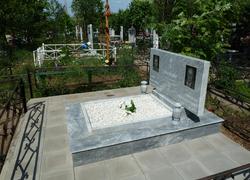Мраморный памятник горизонтальный с портретами