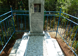 Мраморный памятник с площадкой