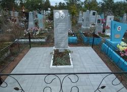 Парный мраморный памятник с плиткой