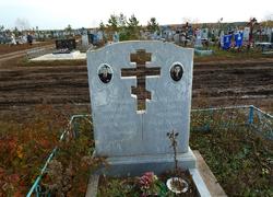 Памятник из мрамора с высеченным крестом