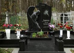 Гранитный мемориальный комплекс с крестом
