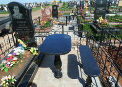 Гранитный памятник со столиком и лавочкой