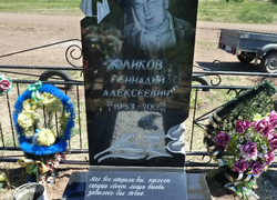 Элитный памятник из гранита с цветником