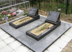 Парная могила из гранита с площадкой