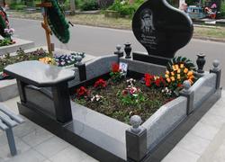 Гранитный мемориальный комплекс с лавочкой