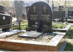 Парный гранитный памятник с площадкой
