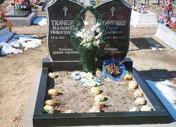 Двойной гранитный памятник с цветником