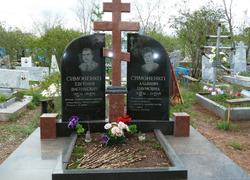 Двойной гранитный памятник с площадкой и цветником