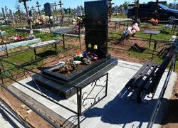 Гранитный памятник с цветником