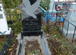Гранитный памятник с голубем