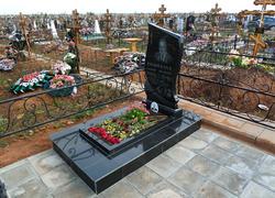 Памятник из гранита с цветником