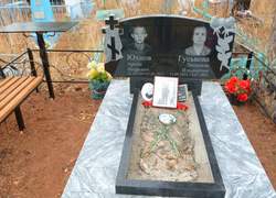 Семейный памятник с цветником