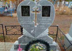Мраморный памятник сердце с крестом