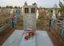 Памятник из мрамора с площадкой