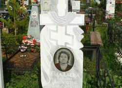 Памятник из мрамора с крестом